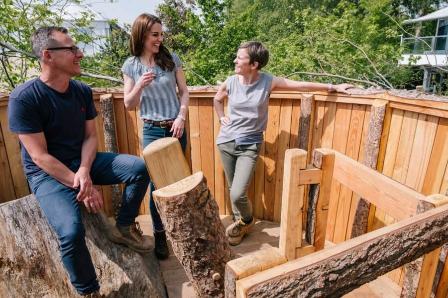 """Kate Middleton en jean et t-shirt casual pour le """"Chelsea Flower Show garden """""""