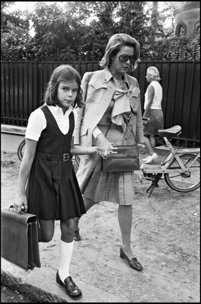 Grace de Monaco accompagne sa fille Stéphanie à l'école à Paris, en 1976