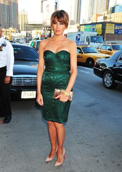 Melania Trump lors d'un gala de charité à New York, le 9 mai 2011, toujours avec une robe bustier près du corps, une coupe qu'elle apprécie.