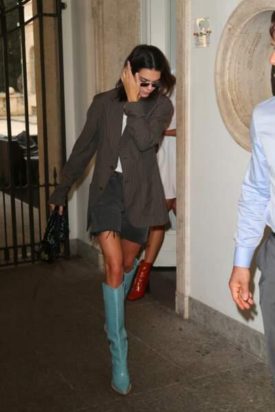 Kendall Jenner arrive au défilé Fendi avec des santiags de la marque, déjà iconiques.
