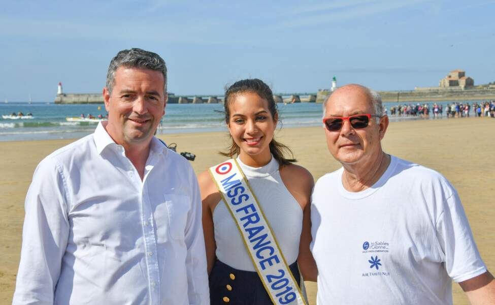 Vaimalama Chaves au côté du maire des Sables d'Olonne