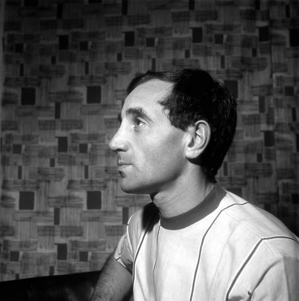 Charles Aznavour à la maison, dans les années 1950.