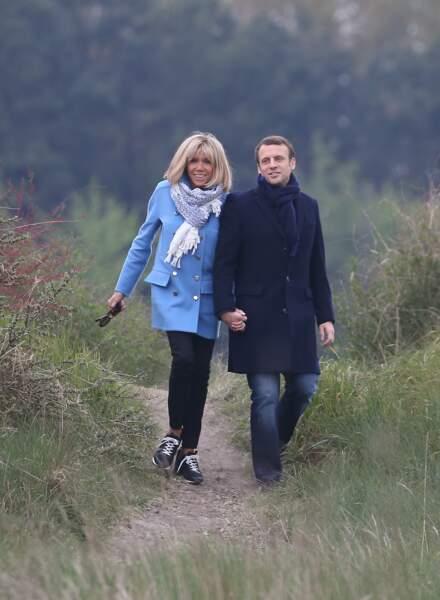 Le couple Macron se promène au Touquet, la veille du premier tour des élections présidentielles, le 22 avril 2017.