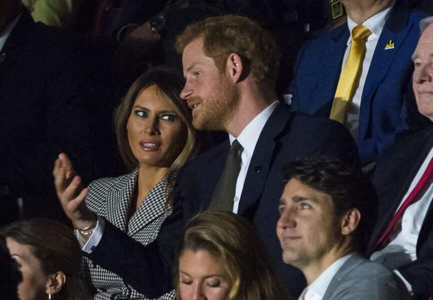 Le prince Harry et Melania Trump l'un à côté de l'autre sous le regard de Meghan Markle assise deux rangs derrière.