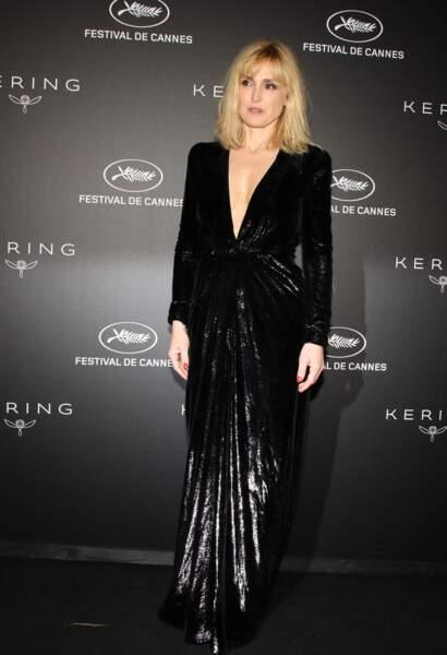 Que ce soit pour la montée des marches ou lors de la soirée Kering, Julie Gayet portait la même robe.