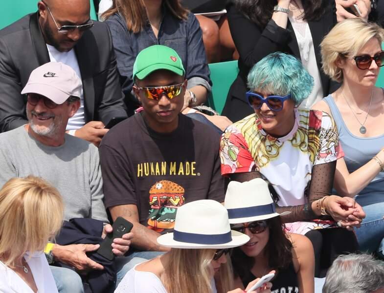 Pharrell Williams et sa femme concentrés devant un match