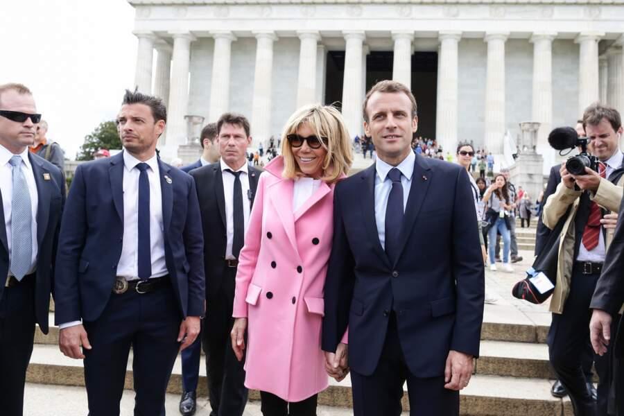 Le garde du corps ne lâche pas Brigitte Macron d'une semelle