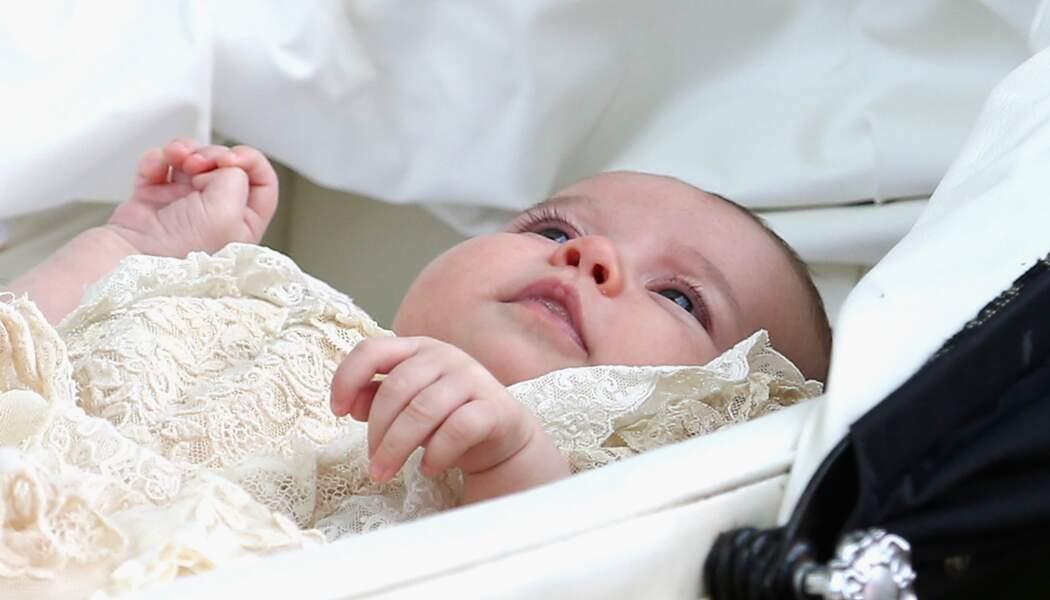 La princesse Charlotte dans sa robe de baptême en dentelle, déjà portée par son frère