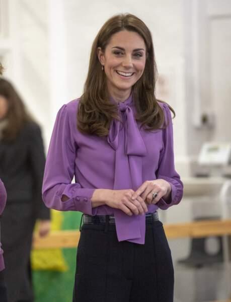 Pour apporter une touche de couleur à sa tenue, la duchesse a choisi une blouse col lavallière violette Gucci