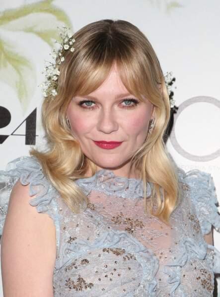 Une couronne de fleurs blanches pour Kirsten Dunst