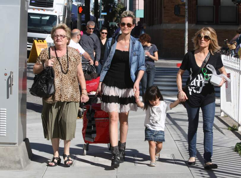 Laeticia Hallyday dans les rues de Santa Monica aux Etats-Unis avec sa grand-mère Mamie Rock