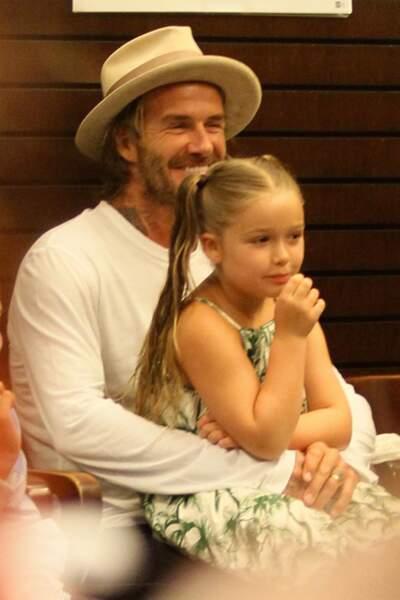 Harper Beckham, jolie blondinette aux cheveux très longs attachés en couettes ou tresses