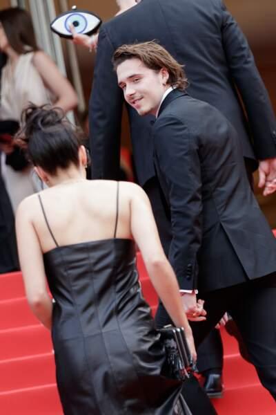 Brooklyn Beckham en costume Salvatore Ferragamo avec sa girlfriend Hana Cross le 21 mai 2019 à Cannes