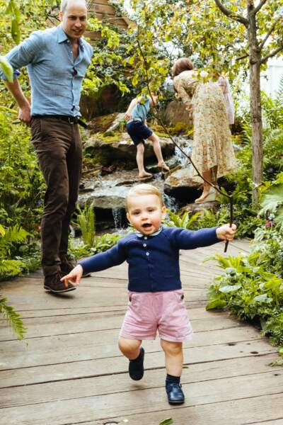 Kate Middleton en fond en robe liberty, et le petit prince Louis très chic pour ses premiers pas