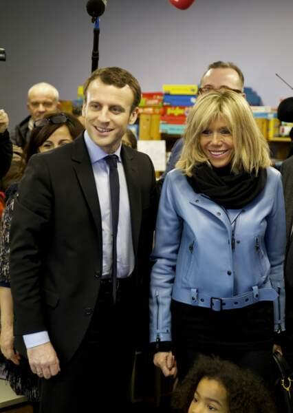 Emmanuel Macron, accompagné de sa femme Brigitte visitent une école maternelle à Lille, le 14 janvier 2017.