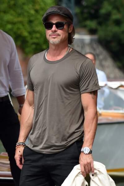 Béret, lunettes de soleil, jean te baskets, Brad Pitt incarne le nouvel homme sexy de 50 ans