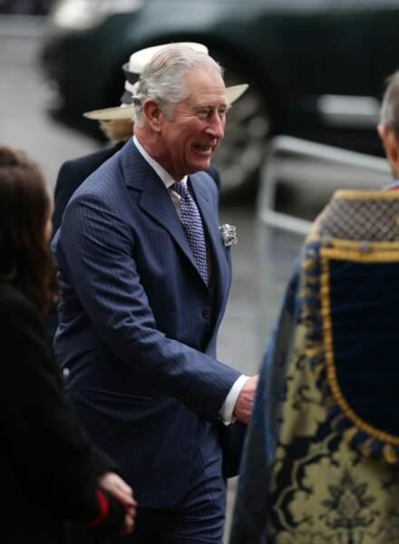 Le prince Charles tout en bleu et très souriant