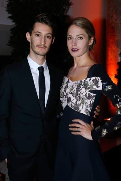 Pierre Niney pose au bras de sa compagne, Natasha