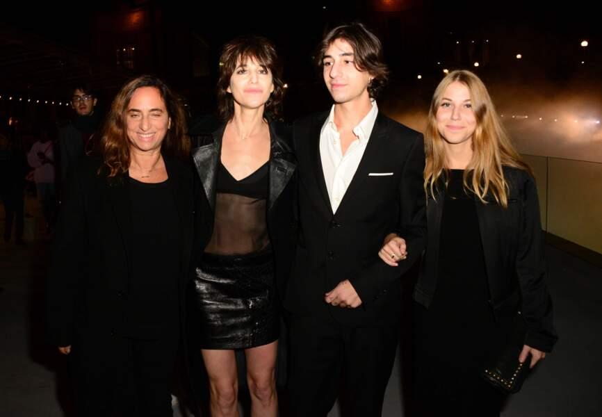 Charlotte Gainsbourg au côté de son fils Ben Attal et de sa petite amie Sara, hier soir au défilé Saint Laurent.