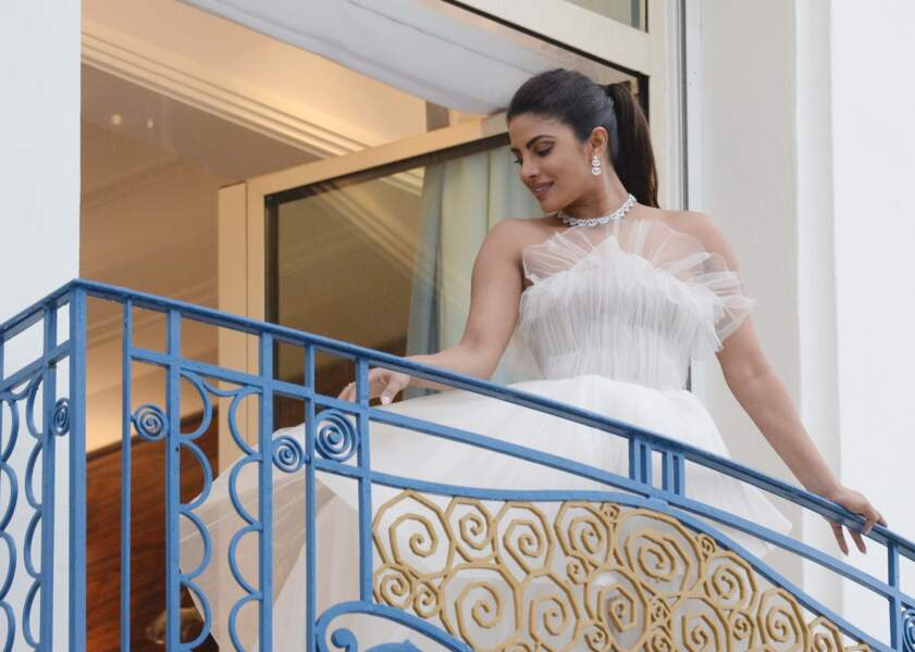 Priyanka Chopra en robe Georges Hobeika, un look de princesse au balcon de son hôtel à Cannes le 18 mai 2019