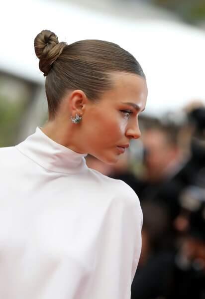 """Josephine Skriver et son chignon lisse, lors de la montée du film """"Roubaix, une lumière"""", le 22 mai 2019 à Cannes"""