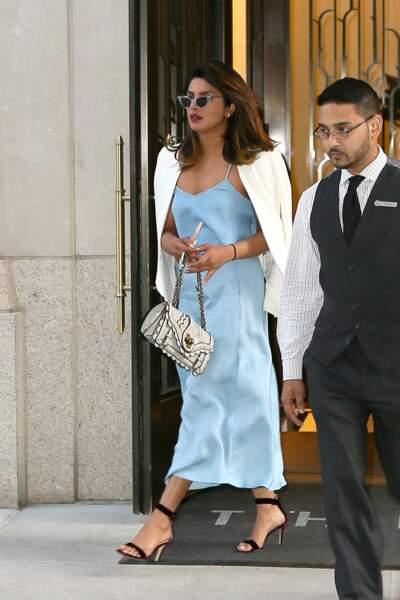 Elle complétait son look d'un blazer blanc et de sandales nu-pieds