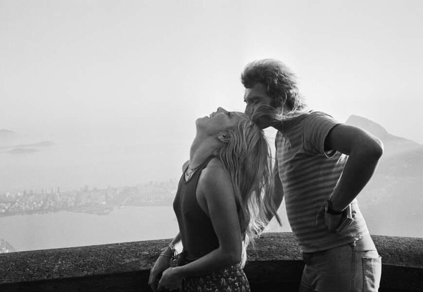 Un couple très amoureux photographié lors d'un voyage à Rio au Brésil, en février 1973