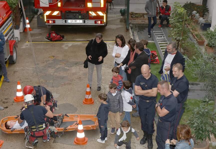 Natasha St-Pier regarde les pompiers à l'oeuvre