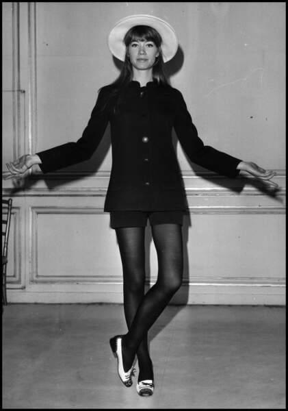 Micro-short, collants noirs et ballerines... Un look inspirant pour Kate Moss, des décennies plus tard.