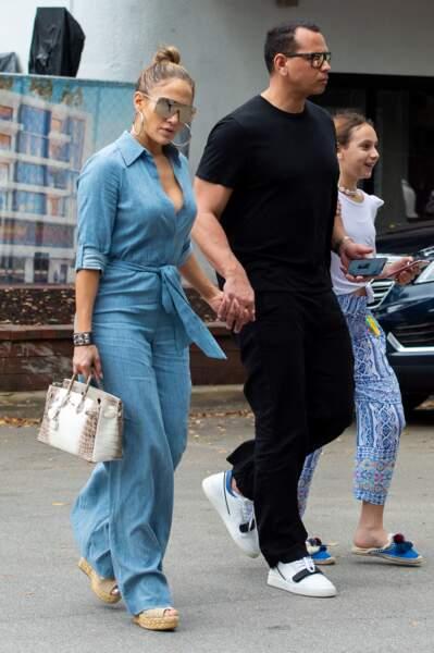 Jennifer Lopez et son sac Hermès en croco à 235 000 euros, à Miami, le 20 avril 2019.