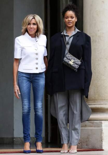 En jean slim et paletot blanc pour accueillir Rihanna