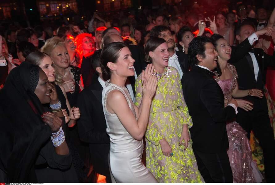La soirée continue au rythme de la musique cubaine pour le plus grand bonheur de Charlotte Casiraghi
