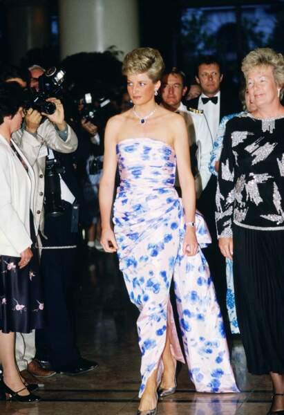 Diana sculpturale dans son fourreau Catherine Walker lors d'un voyage à Melbourne