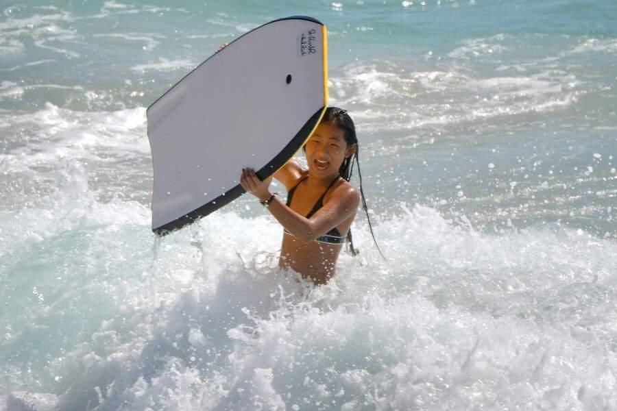 Jade Hallyday sur la plage à Saint-Barth le 30 décembre 2017