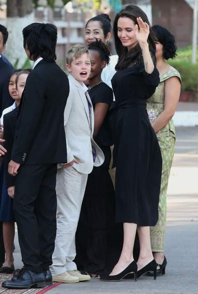 Angelina Jolie jette un regard attendri sur sa fille Shiloh.
