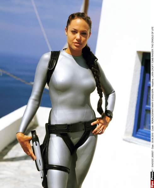 Angelina Jolie dans la peau de Lara Croft dans sa fameuse combinaison moulante en argent, en 2003