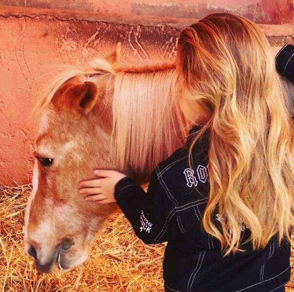 Giulia Sarkozy possède de magnifiques cheveux longs blonds et ondulés