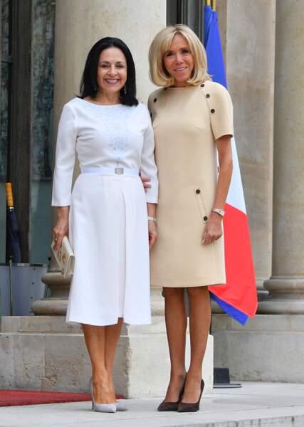 La Première dame a une nouvelle opté pour un look chic, en robe beige droite