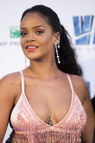 Rihanna expose ses tatouages avec sa brassière dont celui entre ses seins