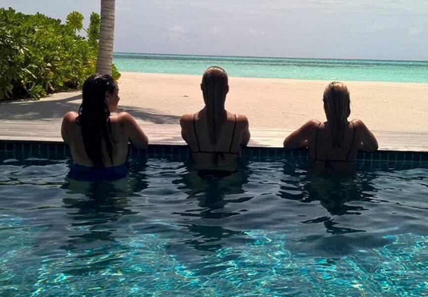Bar et ses amies profitent de la piscine privative et de la vue sur l'océan