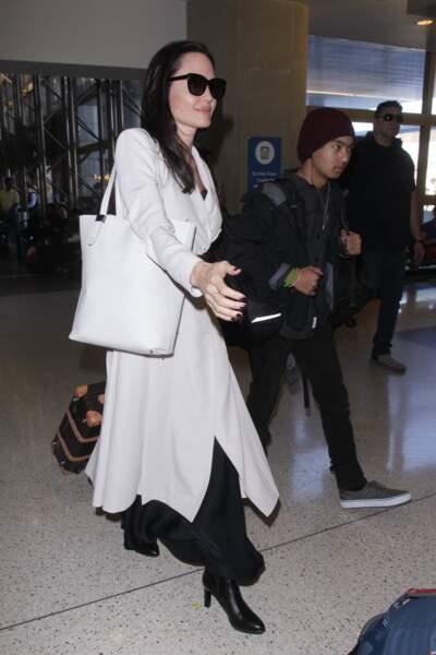 Angelina Jolie à l'aéroport de Los Angeles s'apprête à monter dans l'avion