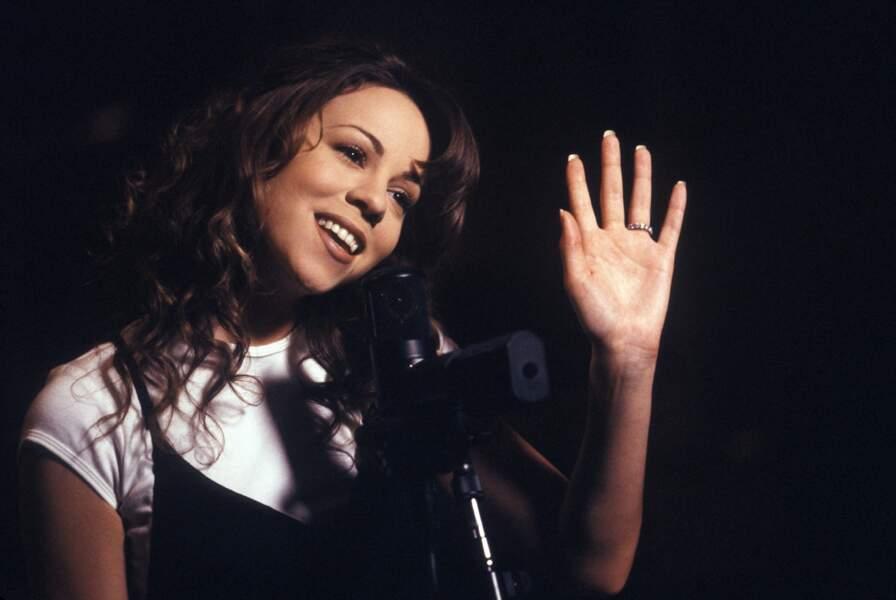 1994, la star icône des années 90 aime les sourcils dessinés et la bouche marron