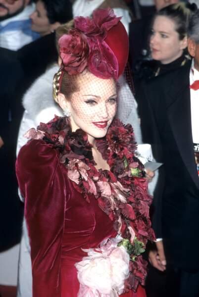 Madonna avec un chignon tressé et un superbe bibi à voilette lie de vin, en 1996 à Los Angeles