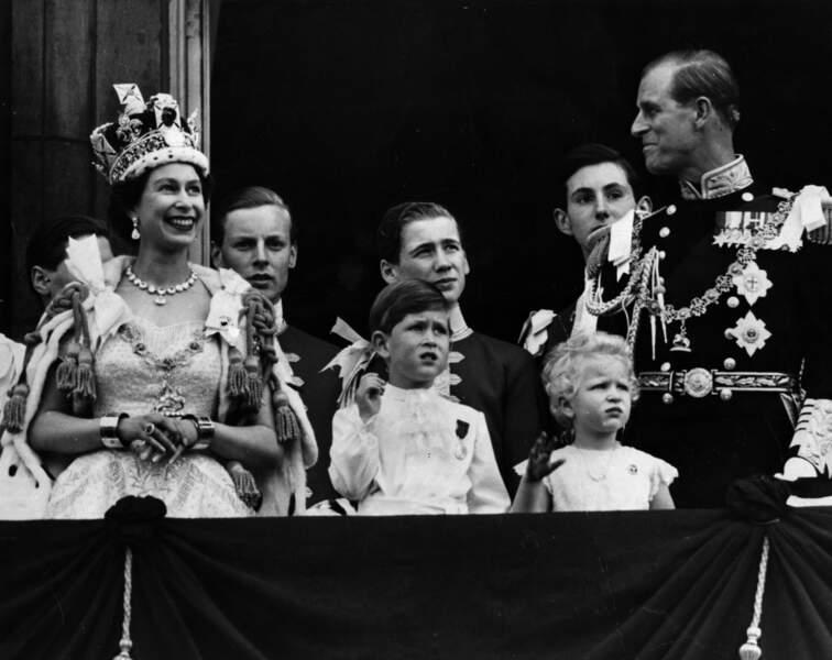 Elizabeth II au balcon de Buckingham Palace avec Charles et le prince Philip, lors de son couronnement en 1953