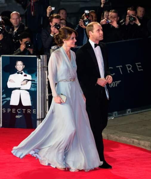 """William et Kate, dans une robe Jenny Packham, à la première du film """"007 Spectre"""", le 26 octobre 2015"""