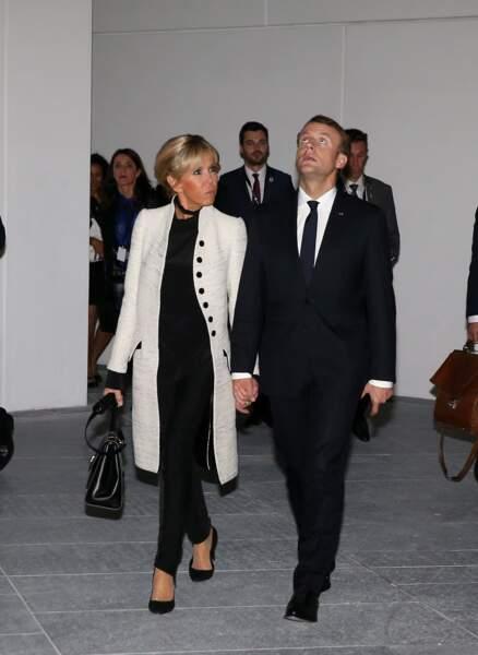 Brigitte Macron avait déjà porté ce même manteau Louis Vuitton en blanc à Abu Dhabi
