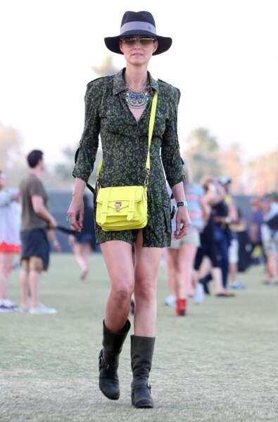 Laeticia Hallyday en petite robe imprimée noire et kaki et mini sac satchel jaune, au festival Coachella en 2013