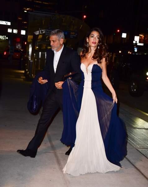 Amal Clooney très élégante et sobre en robe longue