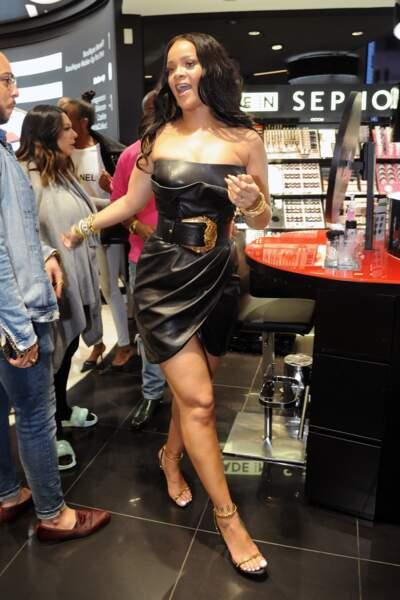 "Rihanna en robe Versace lors du lancement du maquillage ""Fenty by Rihanna"" à Milan, Ie 5 avril 2018"
