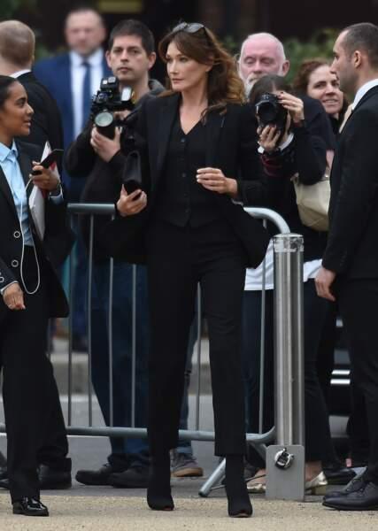 Carla Bruni-Sarkozy dans un ensemble très sobre et élégant lors de la fashion week à Londres